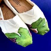 Un subtil mélange de Provence et soleil : c'est la recette de cette collaboration exclusive avec l'artiste épicurienne  Ségolène du Crest Figues et romarin se mélangent pour notre plus grand plaisir dans cette tambouille gorgée de soleil ! Autorisez-vous un petit craquage avant l'été qui s'annonce savoureux!✨ #collab#figue#espigas#artiste#artisan#peinture#summer#collection#shoebusiness#opennow